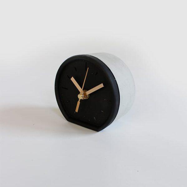 שעון שולחני מעוצב מבטון